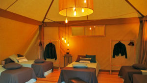Vision interior espectacular de la carpa Tipi Room